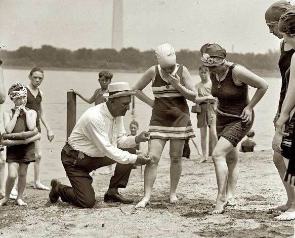 1922: El policía Bill Norton mide distancia entre la rodilla y la falda de una bañista en la playa de Tidal Basin para comprobar si se adapta a la normativa que prohibe dejar más de 6 pulgadas de piel descubierta por encima de la rodilla.