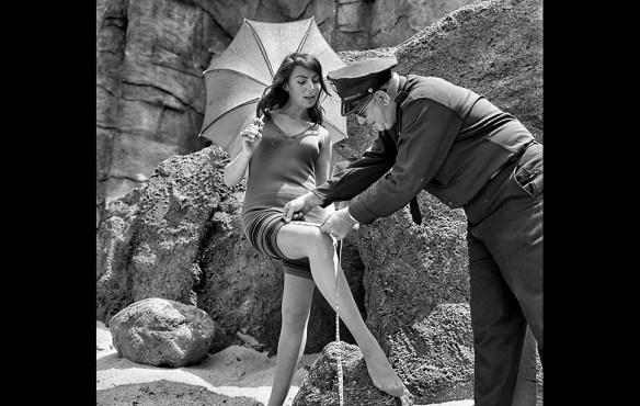 Para comprobar que el traje de baño de la actriz Myrna Ross es históricamente correcto el policía Chuck Peyton comprueba que se adapta a la normativa de 1933 de Redondo Beach que prohibía aquellos que dejaban al descubierto más de 3 pulgadas por encima de la rodilla.