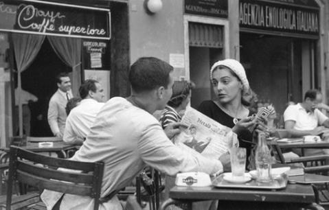 Flirteando en el Cafe, Florencia (Italia, 1951). Via Vintagephoto