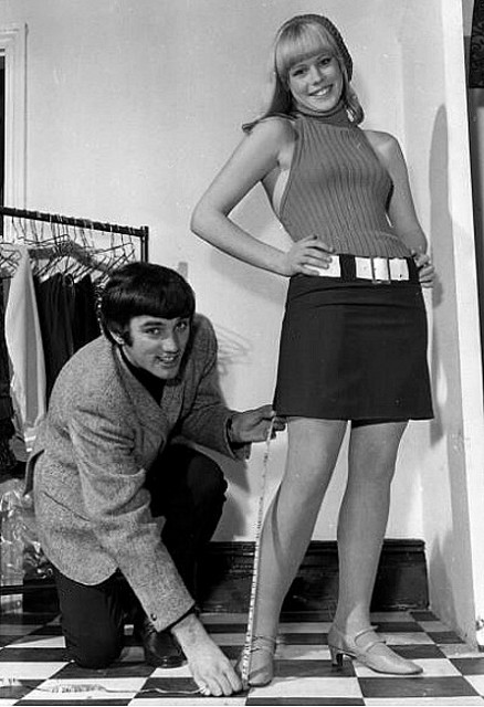 El futbolista George Best no parece excesivamente preocupado por las minifaldas cada vez más cortas de los 60.