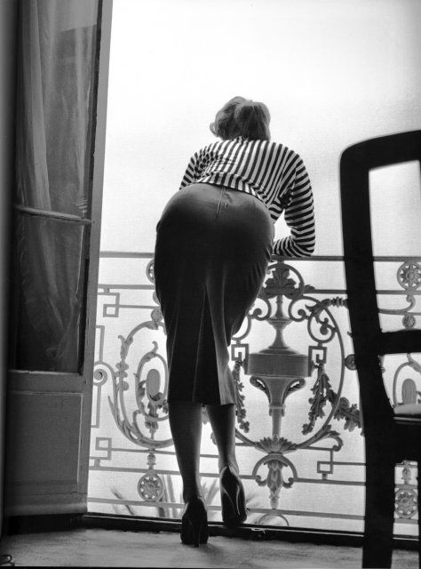 Sophia Loren en el Hotel Carlton, Cannes, 1955. Foto de Edward Quinn. Via The Nifty Fifties