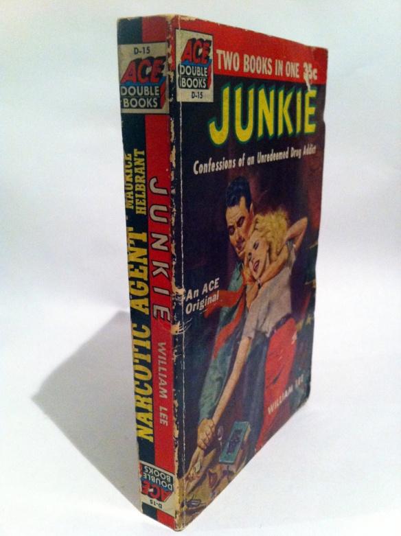 """Los Ace Doubles de Ace Books fue una de las colecciones más populares de libros reversibles. En este formato se publicó por primera vez """"Junkie"""" de William S. Burroughs junto a """"Narcotic Agent"""" de Maurice Helbrant. Via RealityStudio"""
