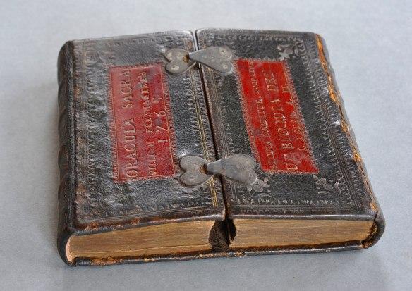 Libro cerrado. Via Chetham's Library