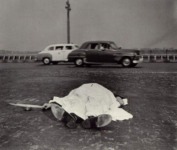 Fotografia de Arthur Fellig (Weegee). Via Inspirations and Ruminations