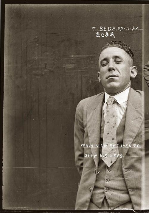 """""""Este hombre se niega a abrir los ojos"""" anotación en la foto policial de Thomas Bede - Central Police Station, Sidney, 1928. Via Weird Vintage"""