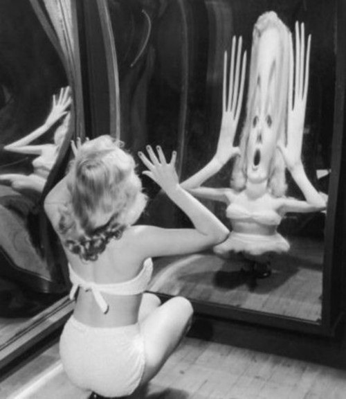 """En el espejo de una """"fun house"""". Via"""