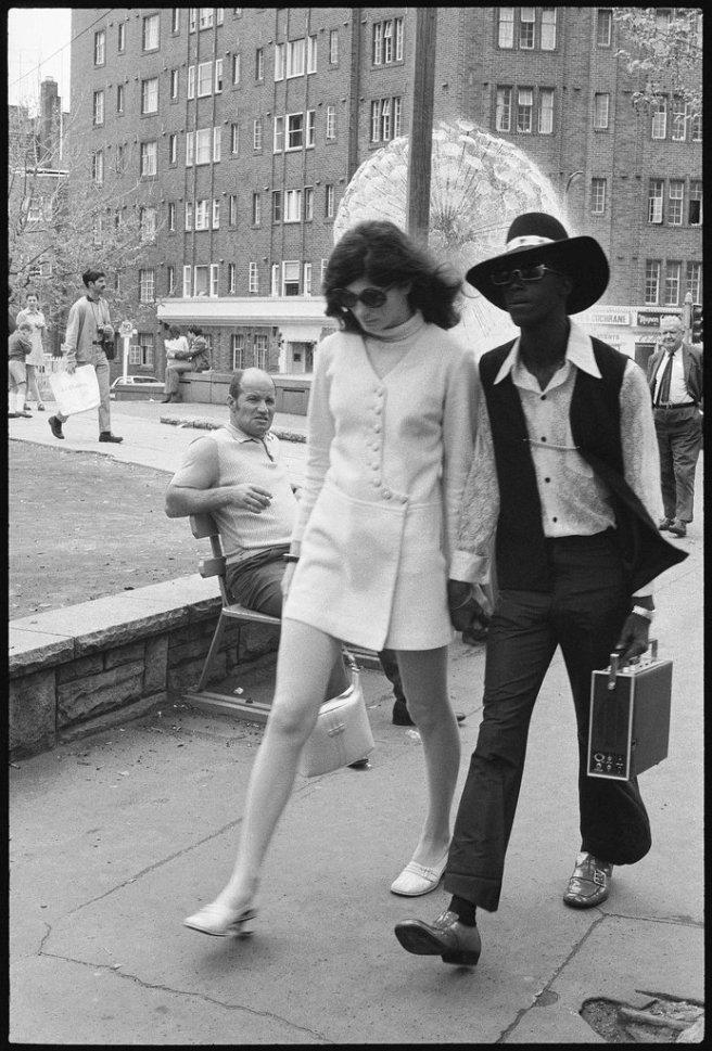 Militar estadounidense y amiga paseando por Kings Cross, Sydney. C. 1970-71. Via reddit History Porn