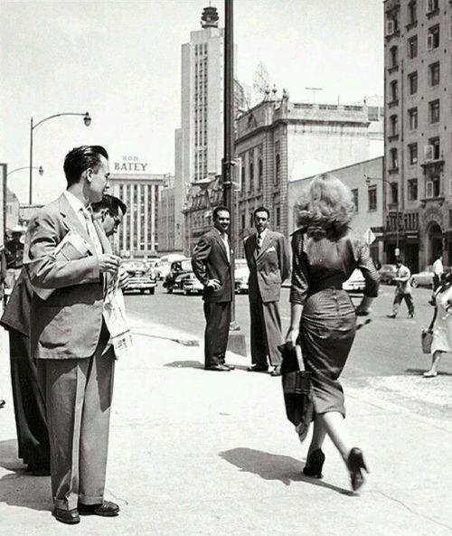 En las calles de México, foto de Nacho Lopez, 1953. Via The Nifty Fifties