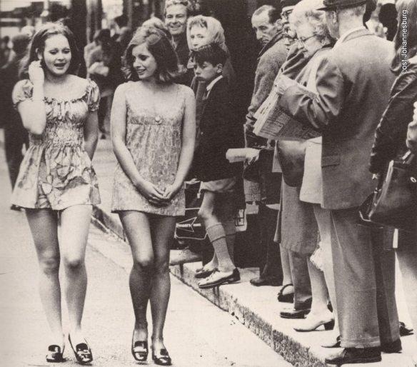 Dos chicas caminan por Cape Town in 1965. Via best of Imgur