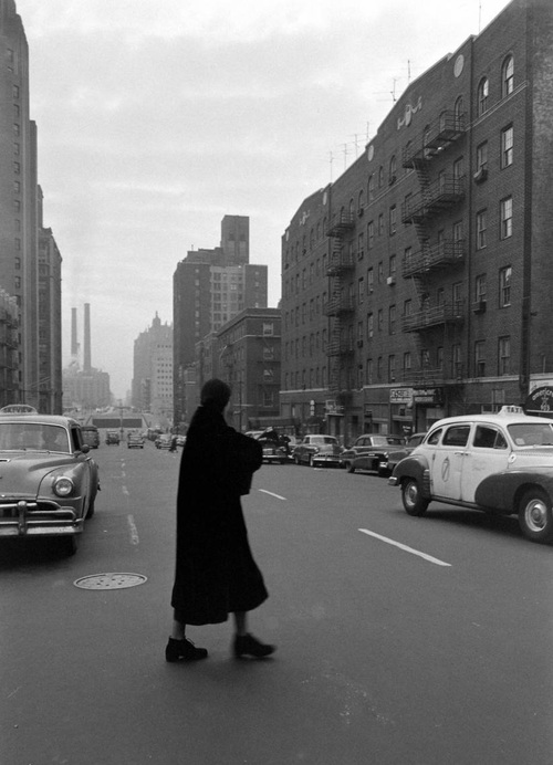 """""""A veces me pongo el abrigo a las 10 de la mañana y salgo a la calle a seguir a la gente"""". Greta Garbo tras su retiro casi imposible de retratar, en esta foto de Lisa Larsen de 1955 camina por Nueva York. Via Old Hollywood"""