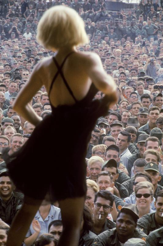 La actriz Kim Novak animando a las tropas, 1962. Via Homicidal Brunette