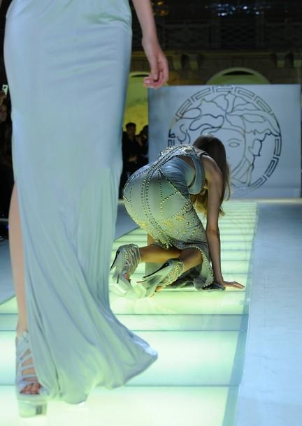 La modelo Lindsey Wixson cae durante un desfile de moda, septiembre de 2011. Fotografía de Olivier Morin. Via de casualidade