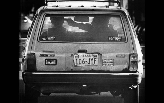 En diciembre de 1985 el fotografo Dave Gatley de Los Angeles Times captó esta imagen que parecía mostrar un secuestro a punta de pistola. El fotógrafo siguió al coche mientras informaba a la policía por medio de su teléfono móvil. Cuando los agentes interceptaron el vehículo se descubrió que los ocupantes estaban bromeando y la pistola era de juguete. Via LA Times