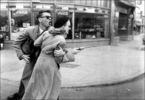 """Fotograma de la película """"Gun Crazy"""" (1950). Via Visions"""