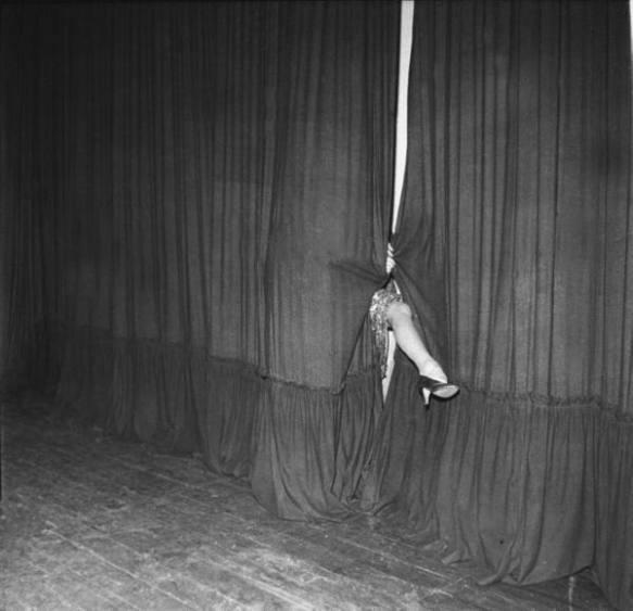 Marlene Dietrich saca su pierna entre el telón en un espectáculo para las tropas en Alemania (1945). Via