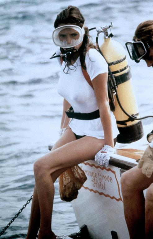 "Jacqueline Bisset en el rodaje de ""The Deep"" (1977). Via"