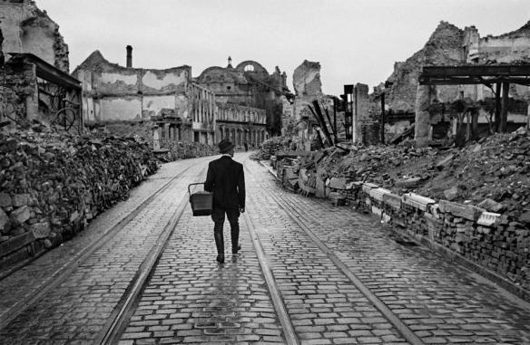 Alemania. Region de Baden-Württemberg. Town of Freiburg im Breisgau. Un hombre camina a través de la ciudad destruida buscando comida. 1945. © Werner Bischof/Magnum Photos Via