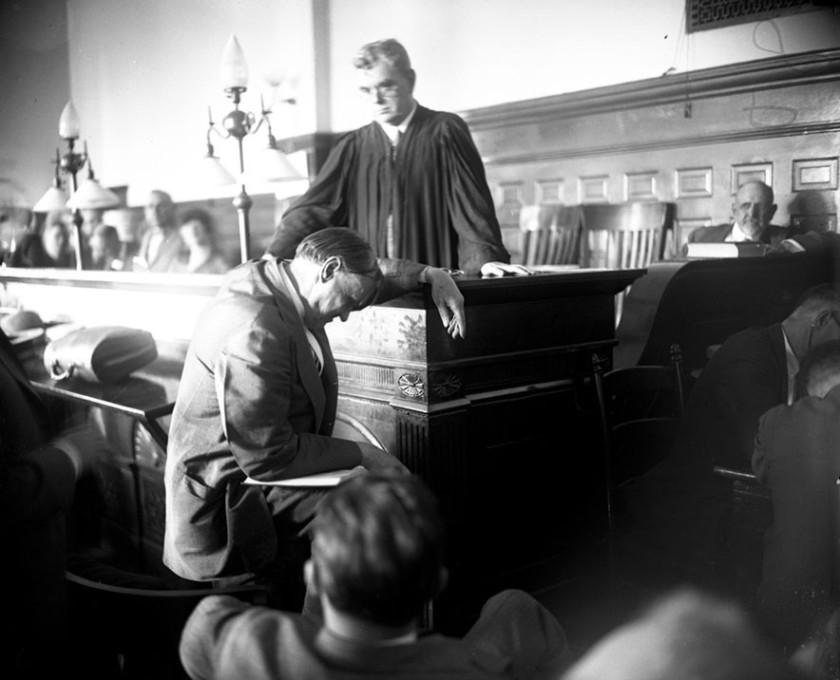 El abogado Clarence Darrow durante el juicio del crimen del siglo donde los universitarios  Richard Loeb y Nathan Leopold trataron de demostrar su superioridad intelectual cometiendo un crimen perfecto.  Via