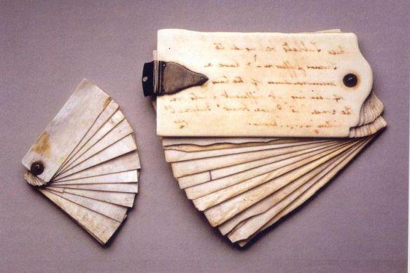 Libretas de notas de bolsillo de Thomas Jefferson compuestas de placas de marfil borrables. Anotaba en ellas las ideas o resultados de experimentos científicos que después pasaba a sus cuadernos. Via